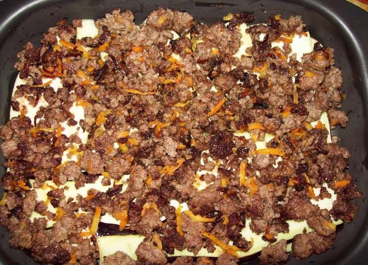 2. Выкладываем теперь слоями сначала овощи, затем слой фарша с морковкой вместе с остатками масла. Специи - по вкусу.