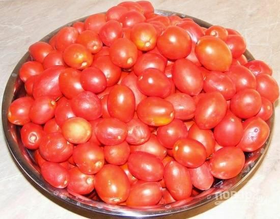 Собираем урожай и сортируем помидоры - более твердые отдельно, а мягкие пойдут на сок. Тщательно помоем помидоры.