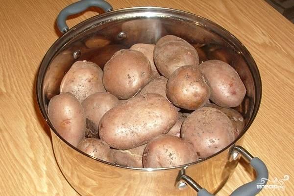 1. Вымойте картофель, выложите его в кастрюлю и отварите до готовности. Если варить очищенный картофель, тесто будет более жидким.