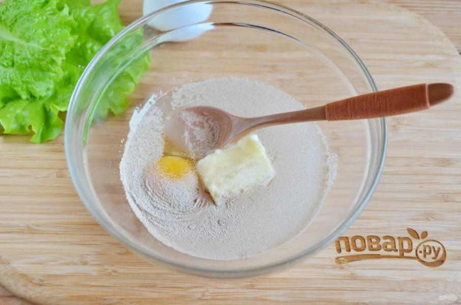 В теплую воду положите соль, сахар, дрожжи, мягкое масло, яйцо. Хорошо перемешайте, проследите, чтобы дрожжи полностью растворились.