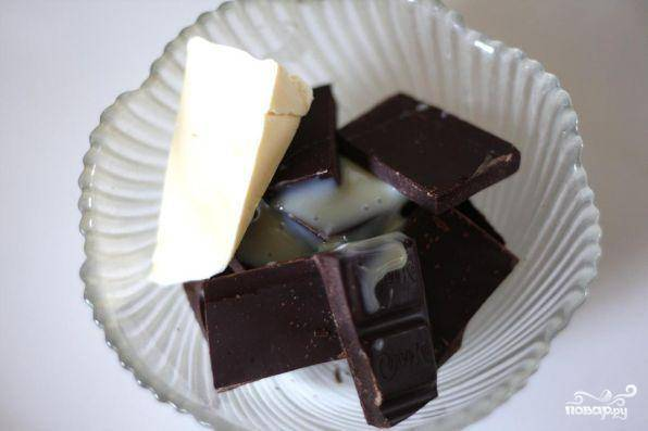 Шоколад растопить в микроволновой печи. Можно добавить немного сгущенки.