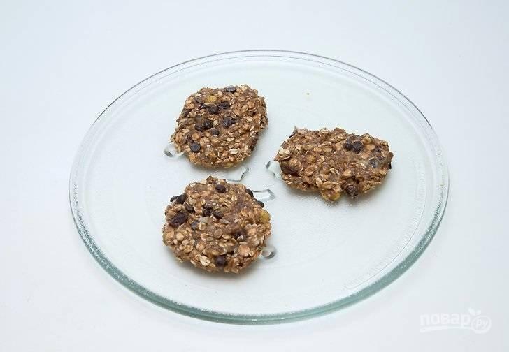 4. Выложите их на тарелку, подходящую для микроволновки (можно сразу на стекляшку).