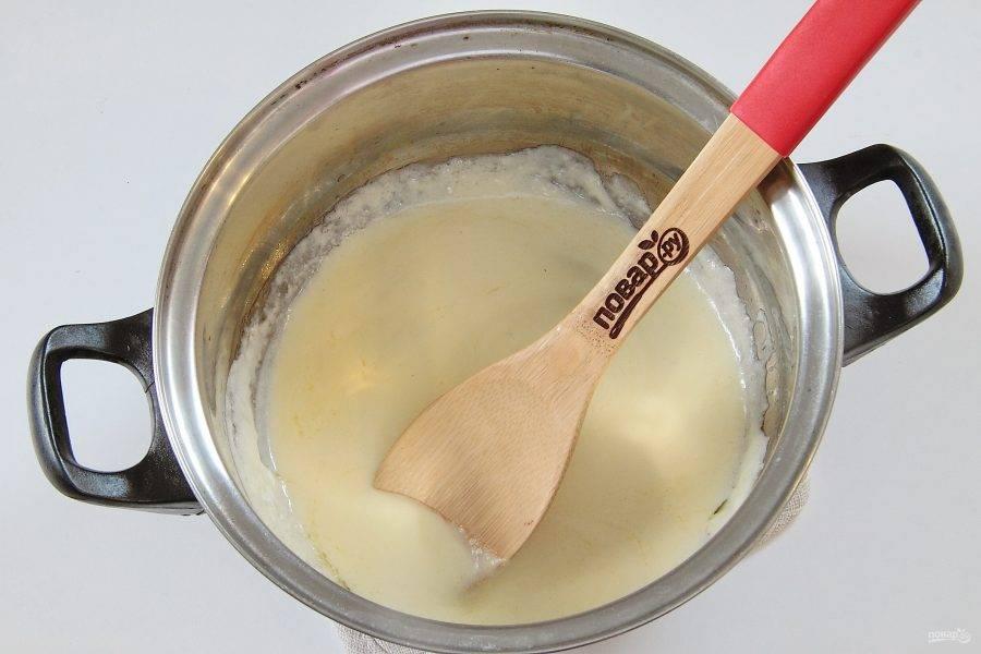 Приготовьте соус. Для этого в небольшой кастрюльке или сотейнике растопите на маленьком огне 50 гр. сливочного масла. Добавьте частями муку и через пару минут влейте струйкой молоко. Добавьте сметану и проварите около 10 минут. В конце добавьте соль и по желанию любимые специи.