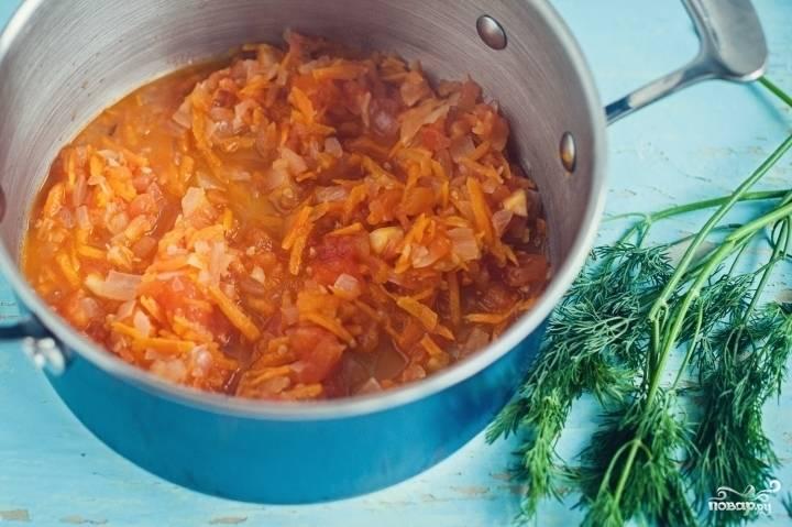 2.В кастрюлю наливаем подсолнечное масло. Забрасываем сначала лук, а затем морковь, обжариваем до мягкости. Бросаем порезанные помидоры, тушим 3-5 минут.