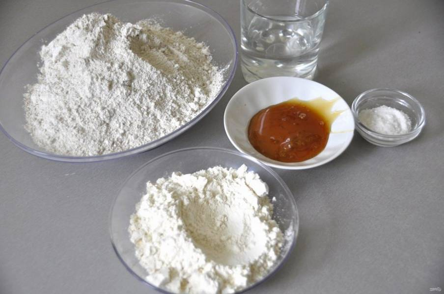 Для подготовки теста на опаре приготовьте 35 грамм патоки, 14 грамм соли, 85 мл. теплой воды, 330 грамм ржаной муки и 70 грамм пшеничной муки.