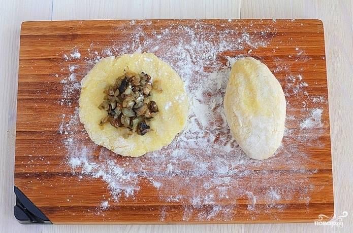 5. Аккуратно сверните, чтобы получился пирожок. Картофляники с грибами в домашних условиях могут быть любого размера и формы.
