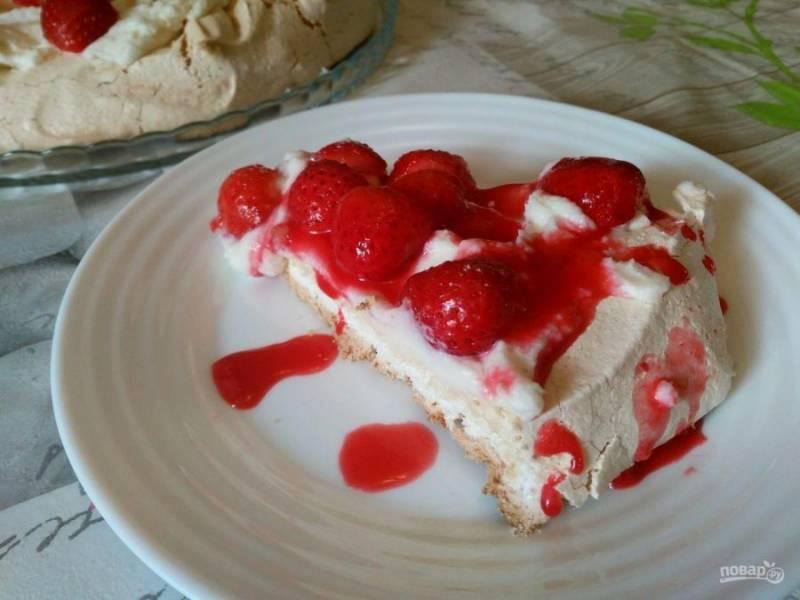 """Подавайте торт """"Павлова"""" с кремом из рикотты, разрезав его на порционные кусочки. Дополнительно можно полить десерт ягодным соусом."""