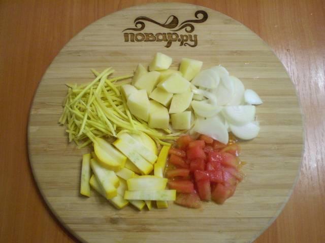 Все овощи моем, очищаем. С помидора снимаем кожуру. И режем не очень  крупными кусочками.