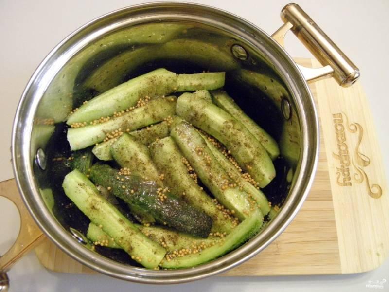 Сложите в кастрюлю огурчики, все специи, включая и масло растительное, уксус. Оставьте огурцы, накрыв крышкой, стекать соком (на 6 часов).
