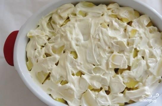 Смажьте слой картошки небольшим количеством майонеза, лучше брать нежирный.