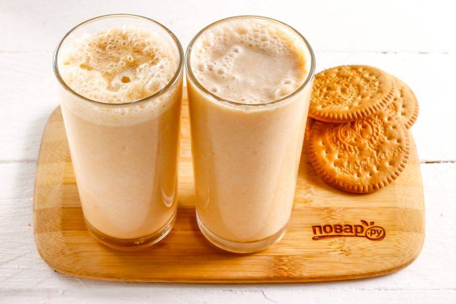 Взбейте все в чаше блендера примерно 1-2 минуты, используя пульсирующий режим. Разлейте приготовленный тыквенный смузи в стаканы или чашки.