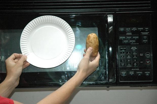 Для удобного приготовления чипсов из картошки в микроволновке я советую взять бумажную тарелку, она впитывает лишний жир.