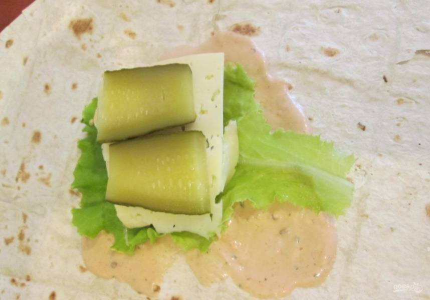 4.Соленый огурец нарезаю пластинками и кладу поверх сыра.