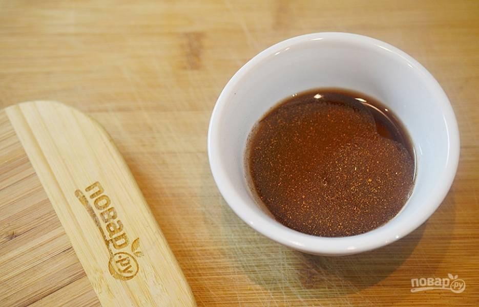 1. Для соуса смешайте джем, сок, уксус, половину паприки.