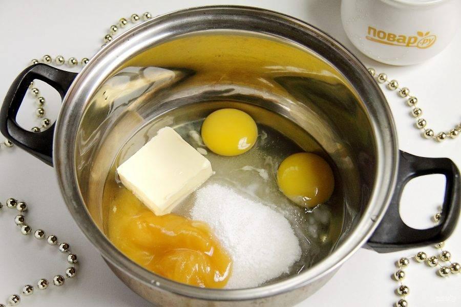 В кастрюльке или сотейнике соедините сахар, яйца, мед, соду и 50 гр. сливочного масла.