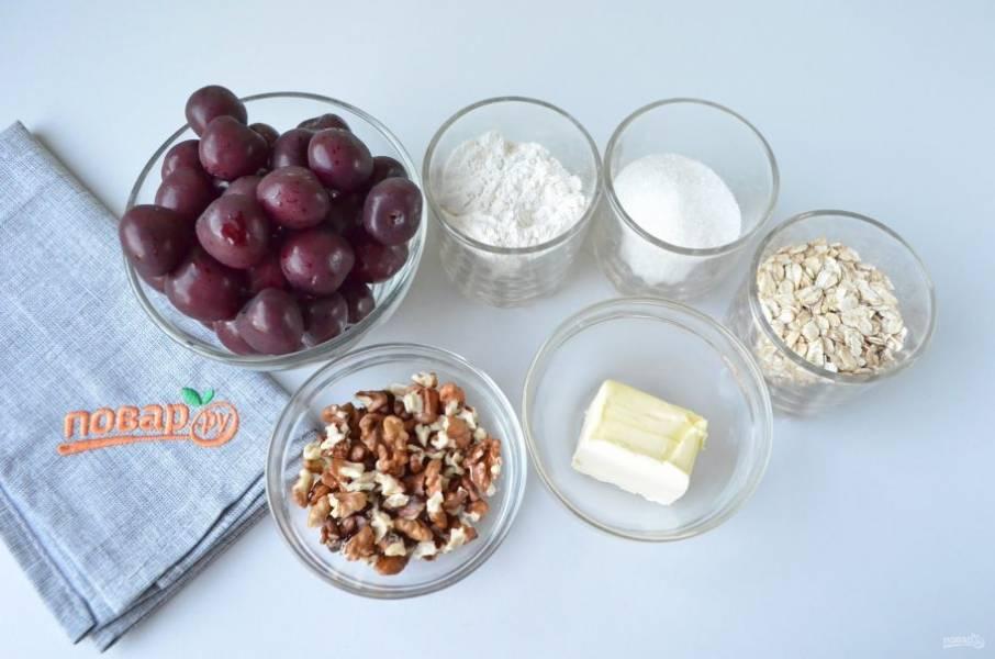 1. Подготовьте продукты, масло должно быть холодным. Черешню вымойте и переберите, удалите косточки, положите на сито, пусть лишний сок стечет. Орехи очистите и подсушите на сухой сковороде до появления легкого аромата.