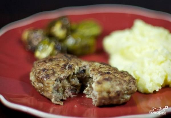 14. Вот такие аппетитные мясные зразы с начинкой из грибочков получились. Подавайте их к столу с любимым гарниром или овощами.
