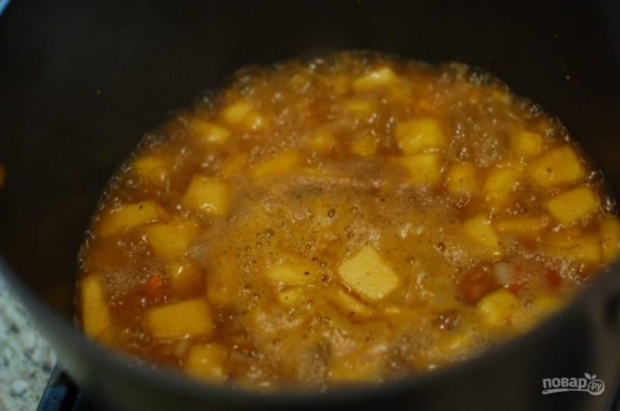 4.Влейте куриный бульон и доведите до кипения, затем накройте крышкой, уменьшите огонь и продолжайте варить на слабом огне 30-45 минут, пока овощи и чечевица не станут мягкими.