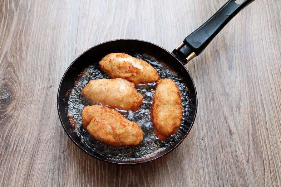 В глубокую сковороду налейте растительное масло и разогрейте. Выложите в него котлеты и обжаривайте на среднем огне по 5-6 минут с двух сторон. Переложите на тарелку с бумажным полотенцем, чтобы удалить лишнее масло. Затем подавайте с любым гарниром.
