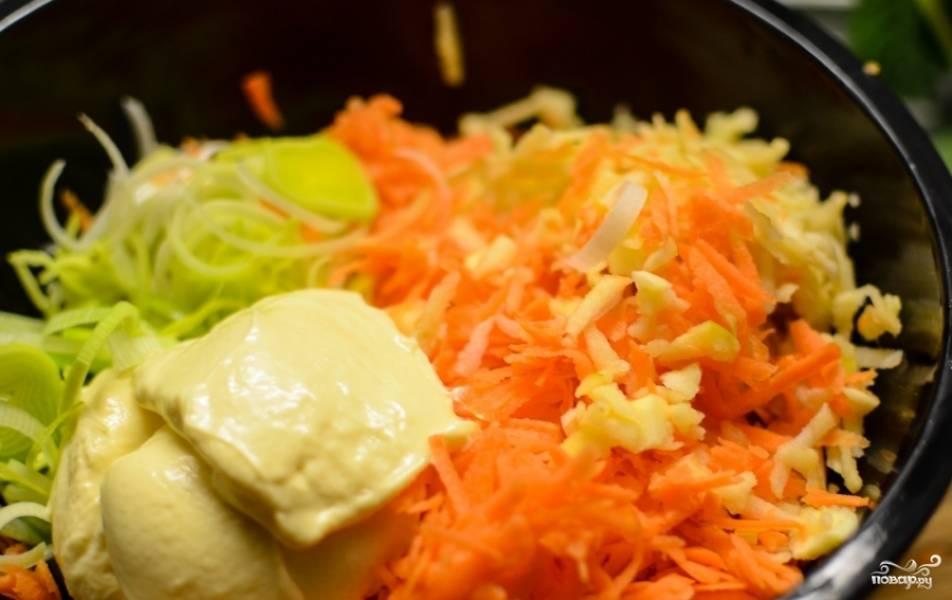 Смешайте в салатнице лук-порей, морковь и яблоко. Добавьте майонез. Посолите, поперчите, подсластите сахаром. Всё хорошенько перемешайте. Украсьте салат зеленью лука-порея или любой другой. Приятного аппетита!:)
