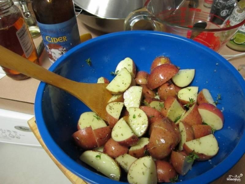 2. Тем временем яблоки режем кусочками, складываем в миску. Сюда же - измельченный тимьян и специи по вкусу. Заливаем бульоном, сидром, медом и маслом. Перемешаем.