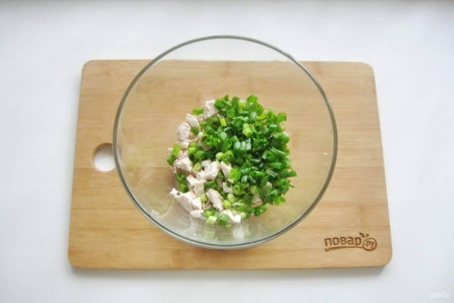 Добавьте мелко нарезанный зеленый лук.