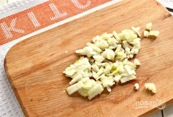6. Пока охлаждается тесто, можно заняться начинкой. Лук очистите и измельчите.
