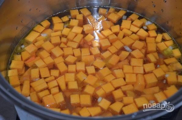 В кастрюле сварите тыкву до готовности. В конце варки добавьте жареные овощи.