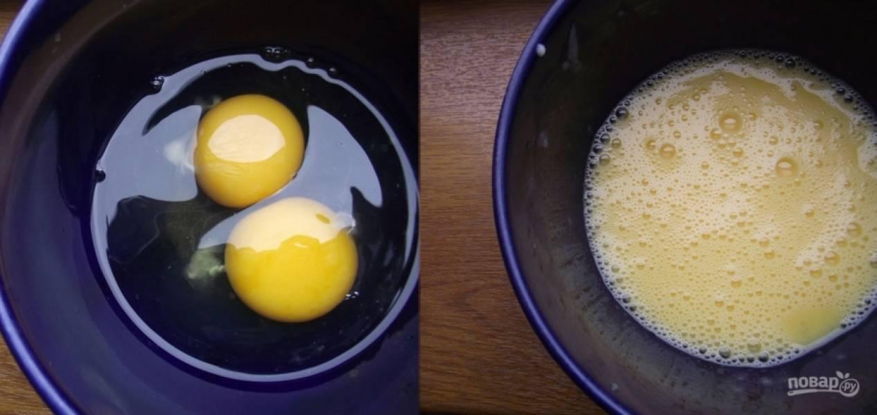1. В теплой воде разводим дрожжи. Пусть постоят, а вы тем временем взбейте яйца с сахаром для теста.