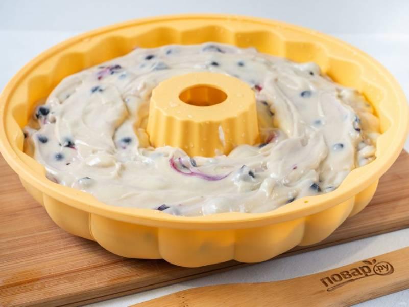 Добавьте смородину в тесто, аккуратно перемешайте и выложите тесто в форму, смазанную растительным маслом. Силиконовую я не смазываю.