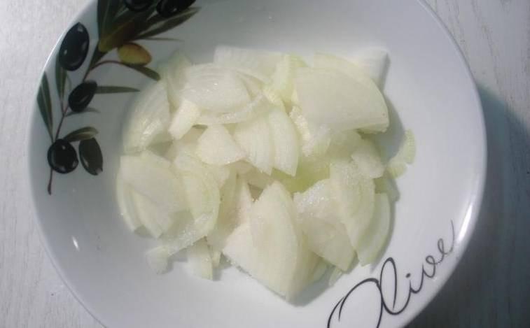 Лук режем на четверти. Посыпаем лук половиной чайной ложки сахара, перемешиваем, а потом поливаем одной столовой ложкой лимонного сока. Закрываем крышечкой и ставим в холодильник мариноваться.