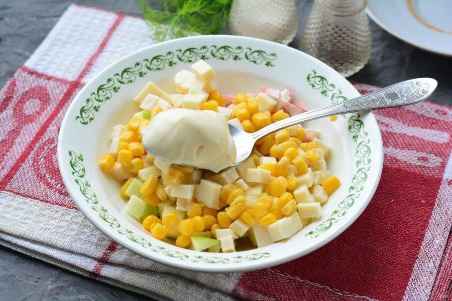Добавьте в салат майонез и специи по вкусу.