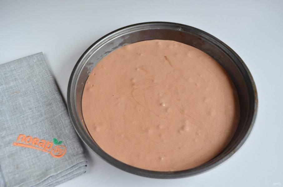 6. Смажьте форму растительным или сливочным маслом. Перелейте тесто и выпекайте бисквит 15-20 минут. Проверьте на готовность лучиной.