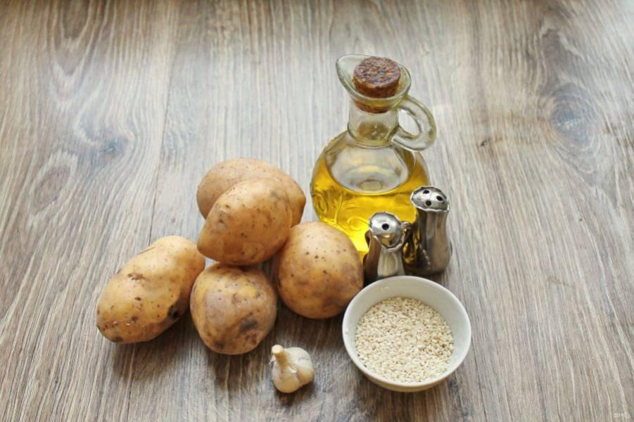Подготовьте все необходимые ингредиенты для приготовления картошки в духовке с кунжутом.