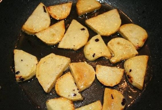 Обжариваем картофель на растительном масле до румяной корочки.
