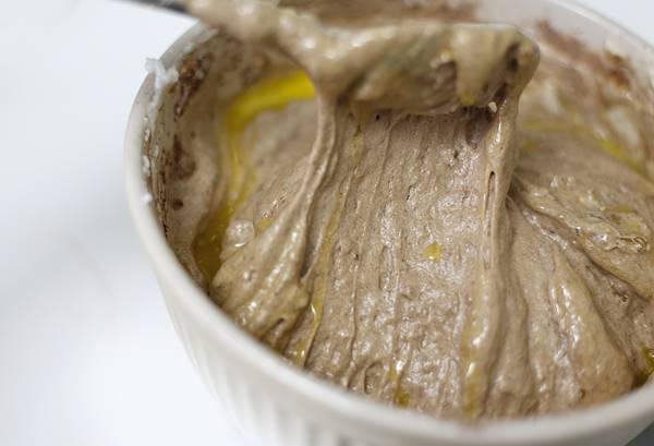5. Сливочное масло (40 грамм) растопить и вылить в тесто.