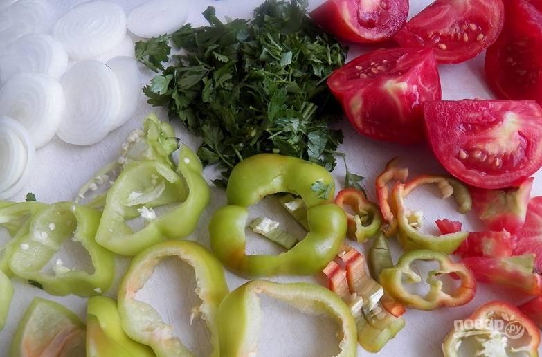Очищаем овощи от семян, шелухи и хвостиков. Нарезаем перец и лук колечками, а помидоры — дольками.