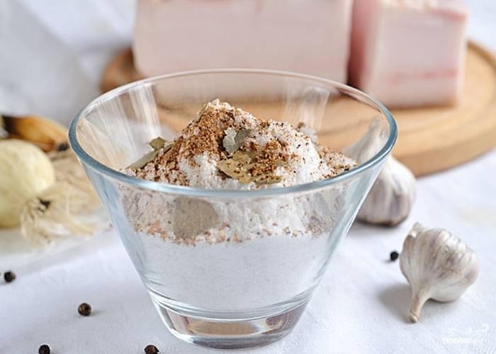 3. Возьмите каменную соль, перец крупного помола; поломайте лавровый лист. Хорошо перемешайте. Добавьте к образовавшейся смеси (по желанию) следующие ингредиенты: гвоздику, чеснок, хмели сунели, и т. д.