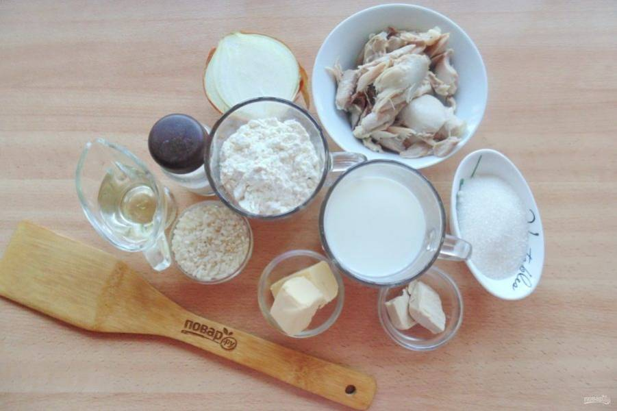 Подготовьте ингредиенты для приготовления пирожков-рулетиков.
