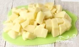 Картофель чистим и нарезаем кубиками среднего размера.