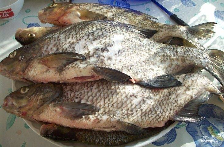 Рыбку моем, чистим, режем филе.