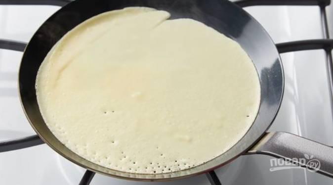Черпаком наливайте тесто (примерно по трети черпака на один блин) и жарьте блинчики с обеих сторон. Не нужно обжаривать их до коричневатого цвета, они должны быть бледными, так как тесто у нас яичное.