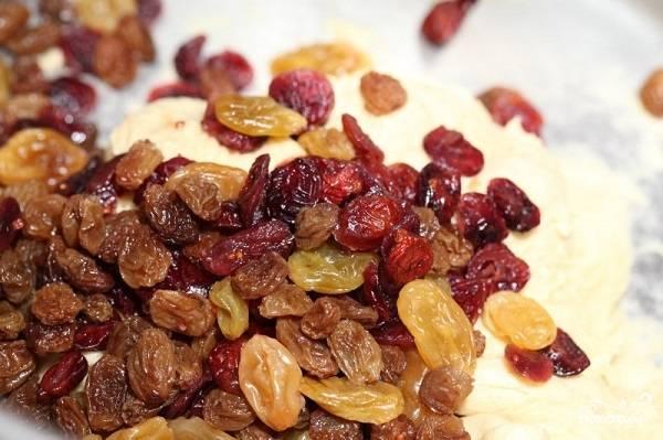 4. Добавьте цедру и прочие добавки (использовать в рецепт приготовления рождественского кекса с сухофруктами можно также сушеные ягоды).