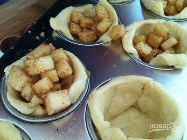 """3. В формочки для маффинов выложите тесто, формируя """"корзиночки"""". В центр выложите начинку."""