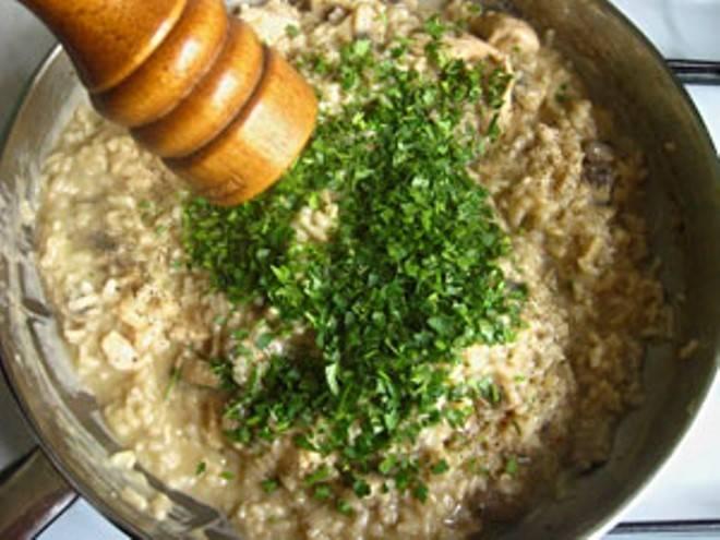 Добавьте свежею зелень и молотый черный перец.
