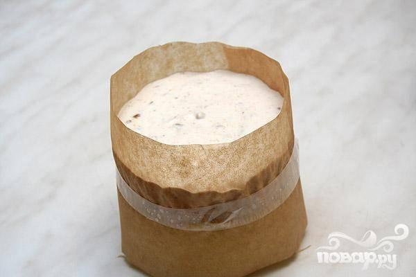 5.Пергаментной бумагой обворачиваем формочки (в два слоя), она должна выступать над краем сантиметра на три. Закрепляем скотчем. Массу выкладываем в формочку (надо чтобы сантиметра на два масса была выше краев) и часа на два-три ставим в морозильник.