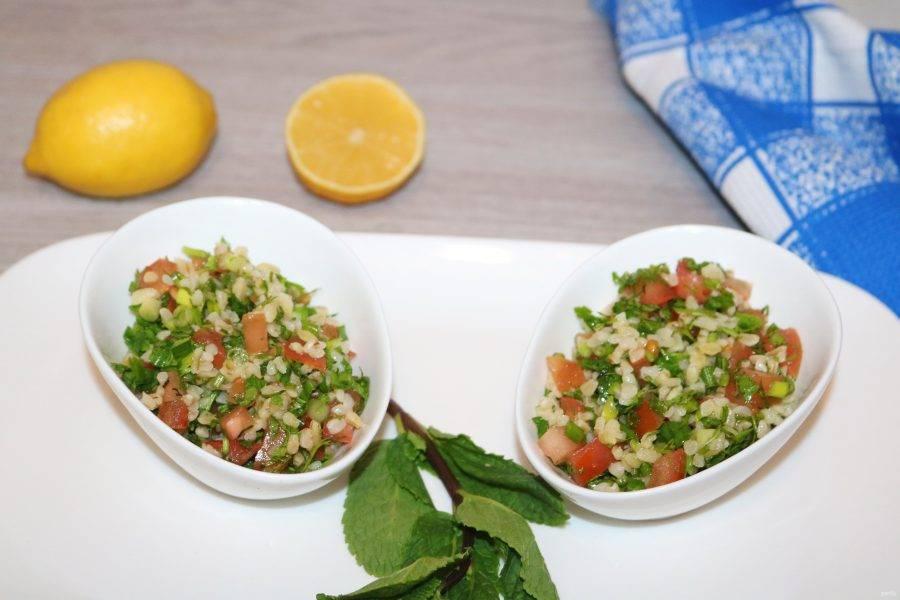 Перемешайте салат и подавайте в одном большом салатнике или порционно.