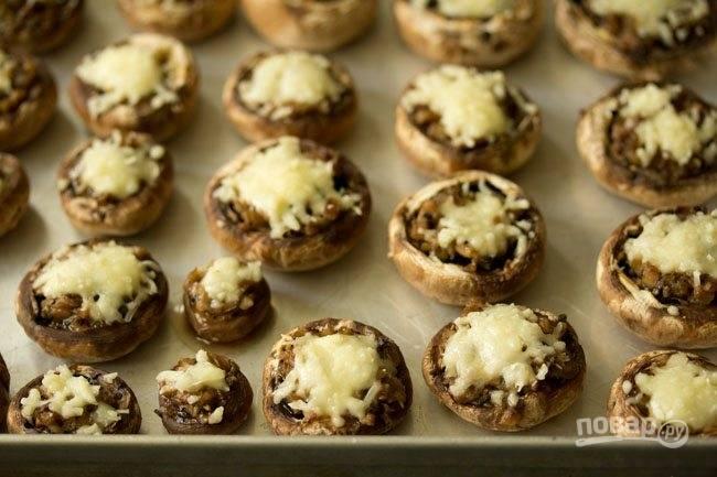 12.Готовые грибы достаньте из духовки и и дайте постоять в течение нескольких минут.