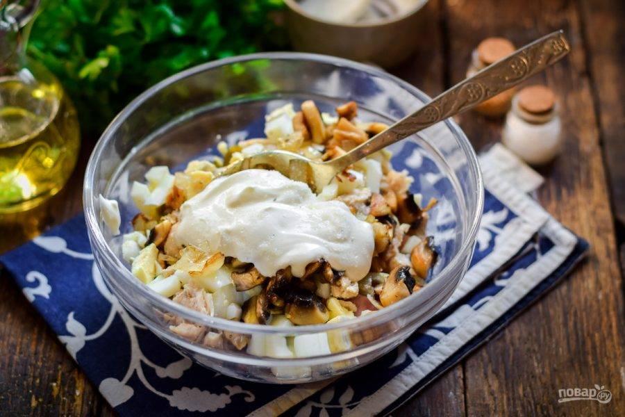 Заправьте салат майонезом, добавьте соль и перец, перемешайте и подавайте к столу.