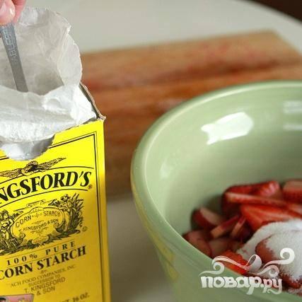 1. Нарезать клубнику и ревень на ломтики. В большой миске смешать ревень, клубнику, сахар и крахмал. Хорошо перемешать. Смесь должна быть густая и сладкая после перемешивания.